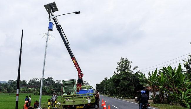 Jalan TOL Sukarno Hatta sekarang mulai di pasangi lampu pju tenaga surya atau lampu jalan tenaga matahari